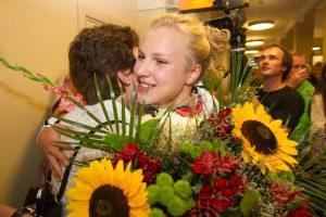 Į Lietuvą sugrįžo šalį pasaulio plaukimo čempionate garsinusi R. Meilutytė