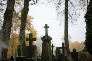 Vyriausybė susirūpino netvarkomais kapais