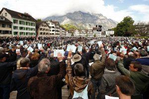 Šveicarijoje surinkti parašai dėl referendumo prieš brangumą