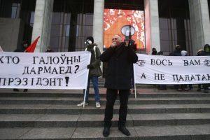 """Baltarusijos rašytojams ir žurnalistams teks mokėti """"veltėdžių"""" mokestį"""