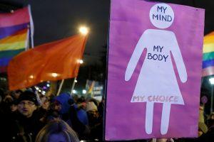Prieš abortų sugriežtinimą protestuojantys lenkai ruošiasi protestams