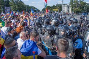 Rumunijos premjerė smerkia protestuotojus, gina policijos veiksmus
