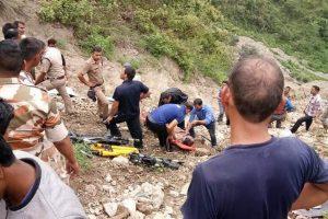 Indijoje į tarpeklį nukritus autobusui žuvo 14 žmonių