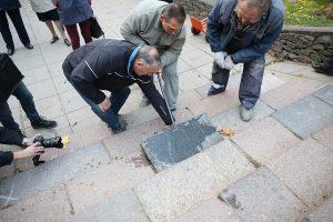Šiauliuose iš grindinio išimami žydų paminkliniai akmenys