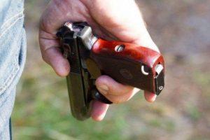 Tėvas pistoletu sužalojo sūnų