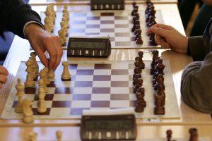 Pasaulio šachmatų čempionate po trijų partijų – lygybė