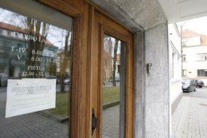 Klaipėdoje išdaužtas prokuratūros durų stiklas