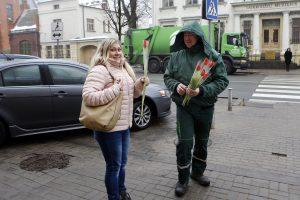 """Klaipėdietėms – šypsenos ir gėlės nuo """"Ecoservice"""" vyrų"""