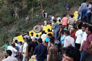 Indijoje mokykliniam autobusui nuriedėjus nuo skardžio žuvo 30 žmonių