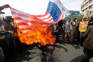 Tūkstančiai iraniečių išėjo į gatves dėl JAV pasitraukimo iš branduolinės sutarties