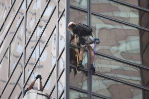Niujorke drąsuolis bandė įkopti į D. Trumpo dangoraižį, bet buvo suimtas