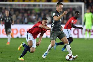 Vokiečiai ir škotai pergalėmis pradėjo planetos futbolo pirmenybių atranką