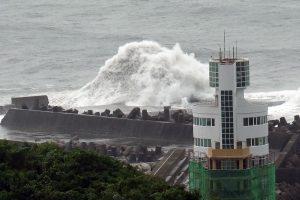 """Japoniją nusiaubęs taifūnas """"Malakas"""" artėja link Tokijo"""