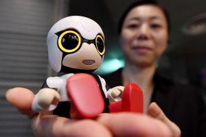 """""""Toyota"""" pristato miniatiūrinį kalbantį robotą"""