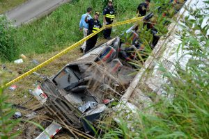 Kosta Rikoje nuo skardžio nulėkus autobusui žuvo 11 žmonių, 12 sužeisti