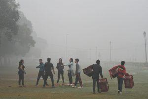Indijos sostinėje dėl smogo uždarinėjamos mokyklos