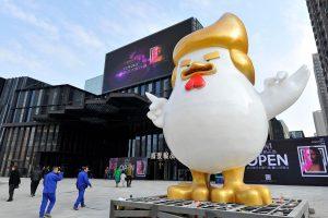 Kinijoje iškilo D. Trumpą pajuokianti gaidžio skulptūra