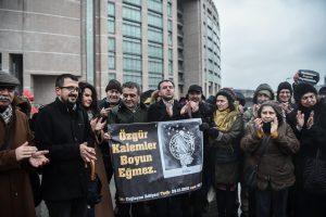 Stambulo teismas nurodė paleisti iš areštinės garsią rašytoją A. Erdogan