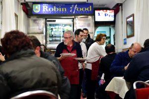 Garsiojo plėšiko vardu pavadintame Madrido restorane valgydinami benamiai