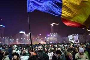 Rumunijoje tūkstančiai žmonių protestavo prieš švelnesnį korupcijos įstatymą