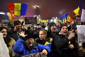 Masiniai protestai Rumunijoje privertė vyriausybę nusileisti