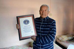 85-erių nepalietis nori dar kartą kopti į Everestą