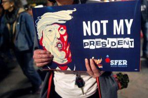 """JAV vyko masiniai protestai """"Ne mano prezidento diena"""""""