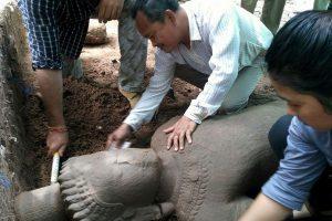 Kambodžos šventyklos komplekse rasta senovinė statula