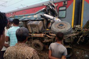 Nukentėjusiųjų per traukinio avariją Indijoje padaugėjo iki 74