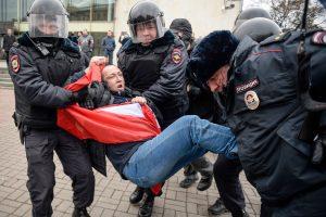 Prieš V. Putiną protestavę demonstrantai nuteisti mėnesiui kalėjimo