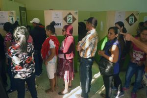 Hondūre vyksta prezidento rinkimai, laimėti tikisi dabartinis vadovas