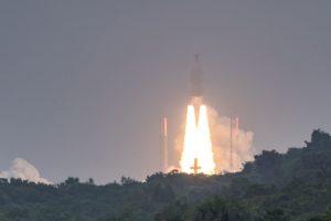"""Sėkmingai startavusi raketa """"Ariane 5"""" iškėlė keturis palydovus"""