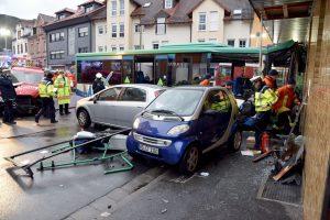 Vokietijoje autobusui įsirėžus į namą sužeisti mažiausiai 48 žmonės