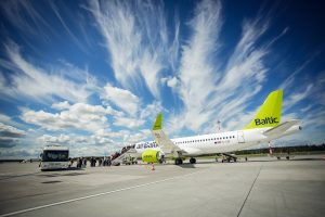 """""""airBaltic"""" skelbia naujas kryptis kitam vasaros sezonui"""