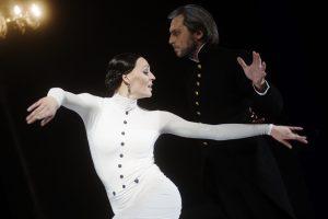 """Populiariausias A. Cholinos spektaklis """"Ana Karenina"""" grįžta į Trakų pilį"""