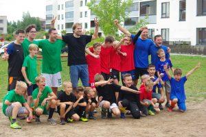 Pilaitės gyventojai nuotaiką pasikelia kieme žaisdami futbolą