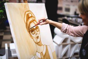 Moteriškumą menininkė įamžino tapydama kava