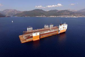 Didžiausias pasaulyje laivas iš Juodkalnijos į Lietuvą gabena plaukiojantį doką