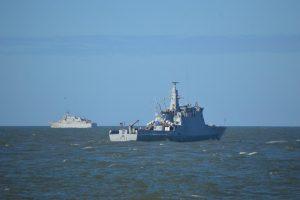 Jūroje vyksta dvišalės karinių laivų pratybos