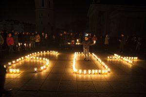 Žemės valanda sostinėje: Katedros aikštę nušvietė žvakučių mozaika