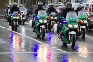 Užtikrinti saugumo policininkai išvažiuoja motociklais