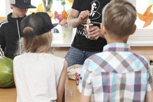 Humoristo P. Ambrazevičiaus amplua: su ledais – pas vargingai gyvenančius vaikus