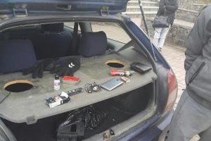 Trakuose sustabdytame automobilyje – kanapės