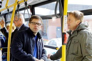Į darbą vedėjas važiuoja autobusu
