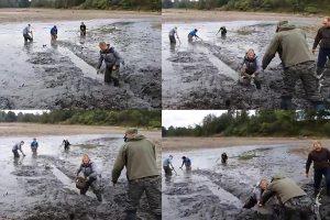 Žmonės patys gelbsti žuvis Laukžemių tvenkinyje