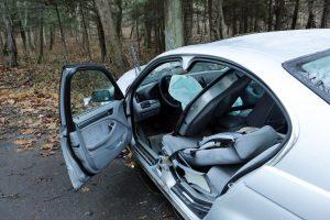 Telšiuose automobilis rėžėsi į atitvarus, nukentėjo keleivis