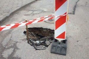Vilniuje atsivėrė smegduobė, apribotas eismas Musninkų gatve