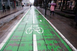 Kauniečiai piktinasi: žali dviračių takai neatlaikė net sezono