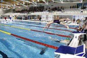 Į baseiną klaipėdiečiai veržiasi plaukioti už dyką