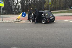 Kaune automobilis rėžėsi į kelio ženklą